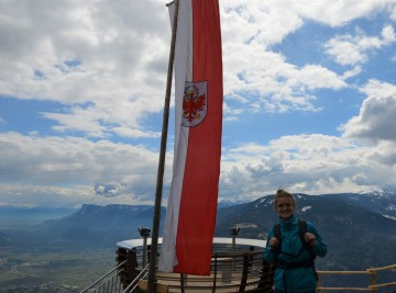 Anna devant le drapeau sudtyrolien